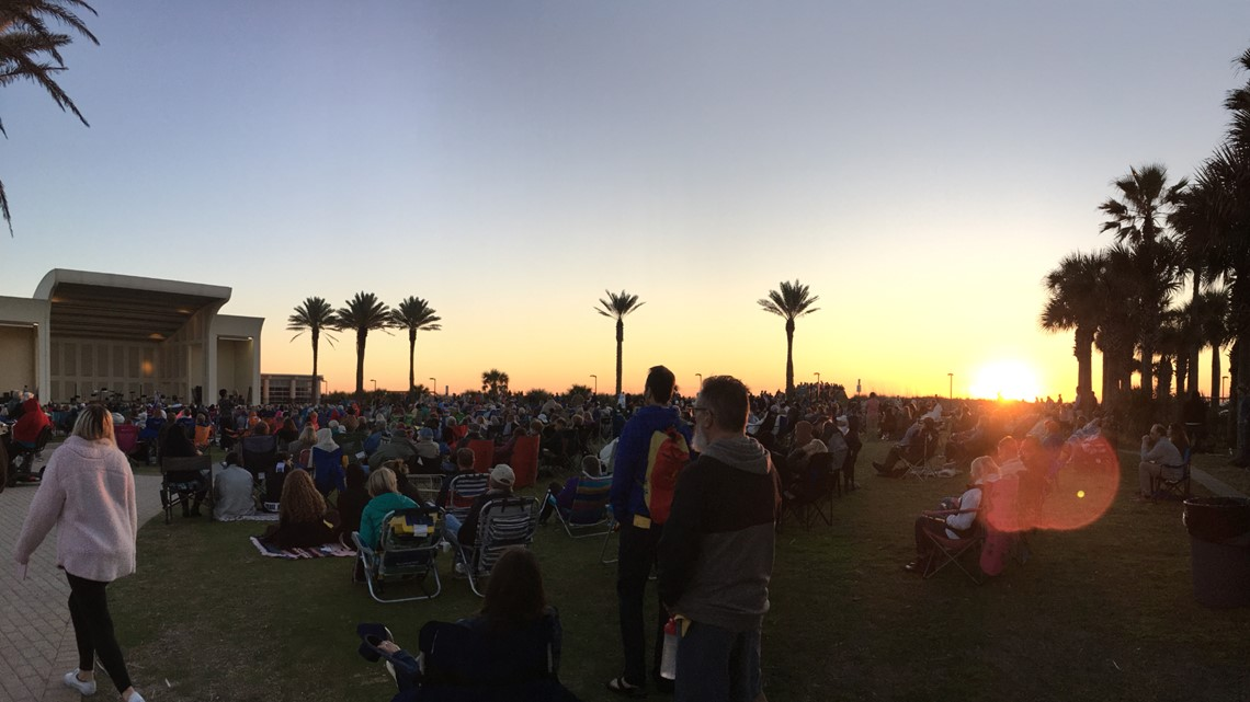 Hundreds attend annual Easter sunrise service at Jax Beach
