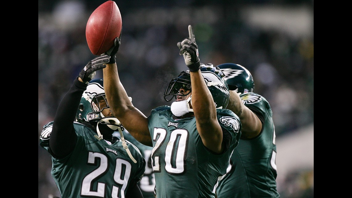 f0089474071 PHILADELPHIA - JANUARY 23: Safety Brian Dawkins #20 of the Philadelphia  Eagles celebrates after catching an interception pass against the Atlanta  Falcons in ...