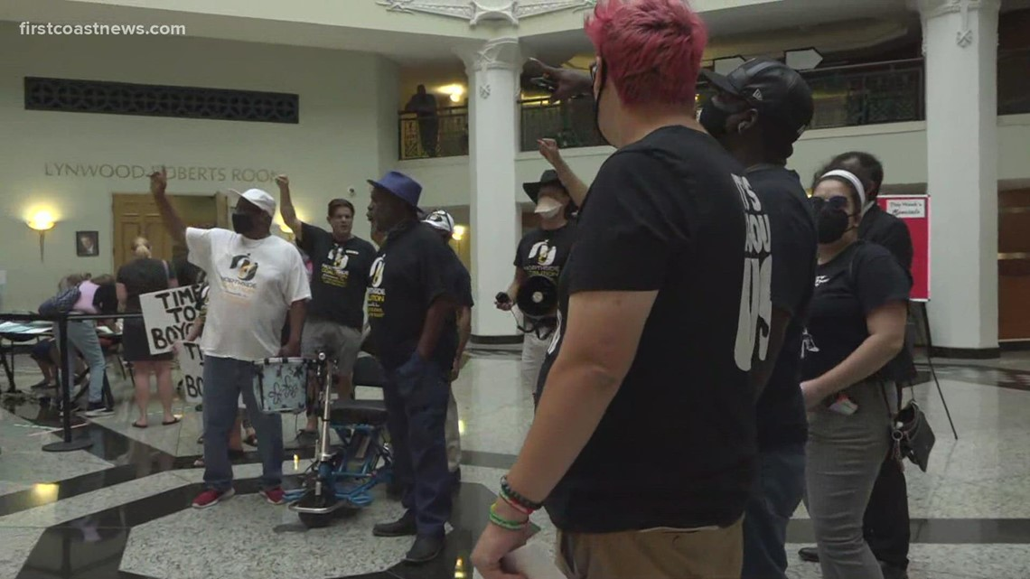 Protest prompts signs barring visitors from Jacksonville City Hal
